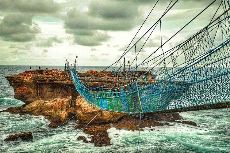 Jembatan Pantai Timang sumber ig @katakbackpacker