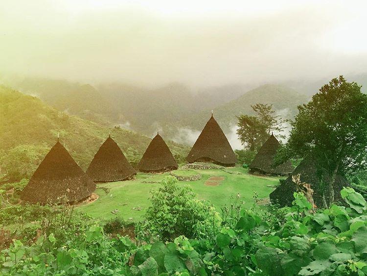 Foto desa adat Wae Rebo Flores, sumber ig @ferdinandrau