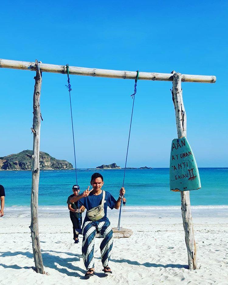 Pantai Tanjung Aan sumber ig @fadhlyruhiyana