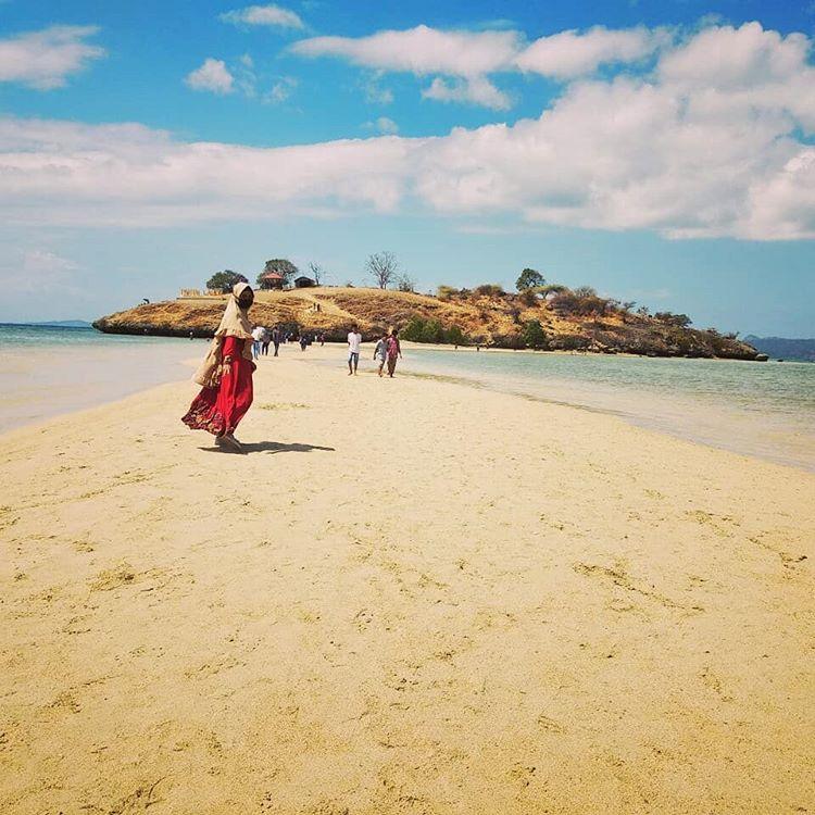 Foto bagian daratan yang membelah laut di pantai Lariti Bima, sumber ig @yuyun1683