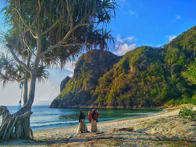 Foto dua muslimah berkunjung di pantai Lawar Sumbawa, sumber ig @r.nabiya