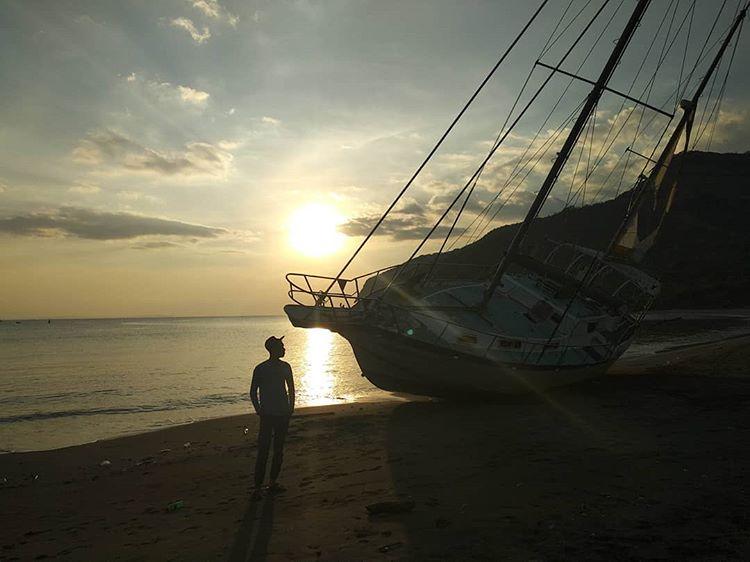 Foto matahari terbenam di pantai Benete Sumbawa Barat, sumber ig @budi_kurnia17