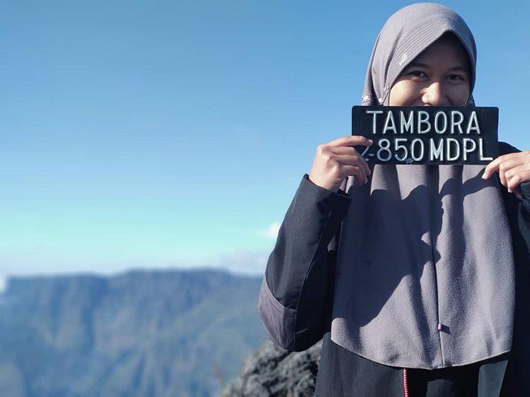 Foto pendaki berjilbab di gunung Tambora, sumber ig @frahadatul