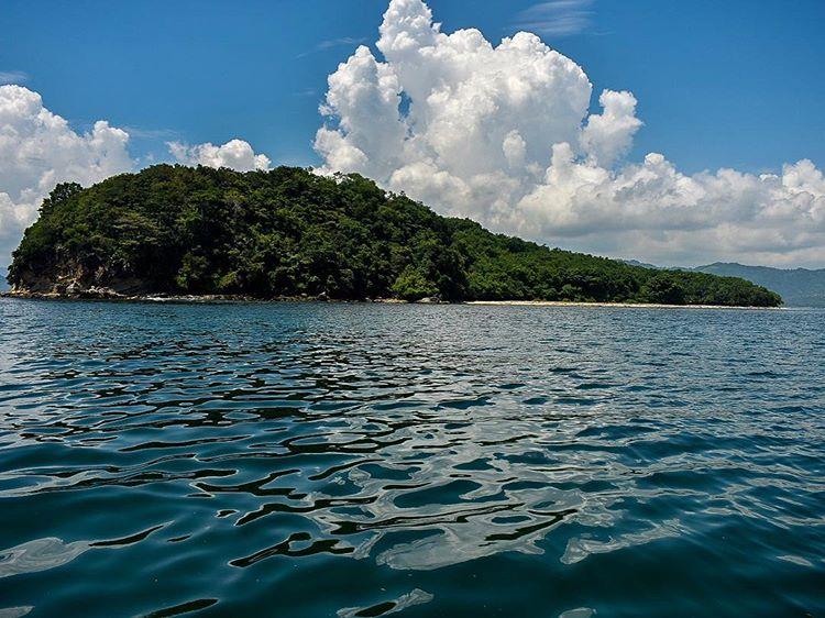 Foto pulau Gili Tangkong dari dekat, sumber ig @wayne_kukard