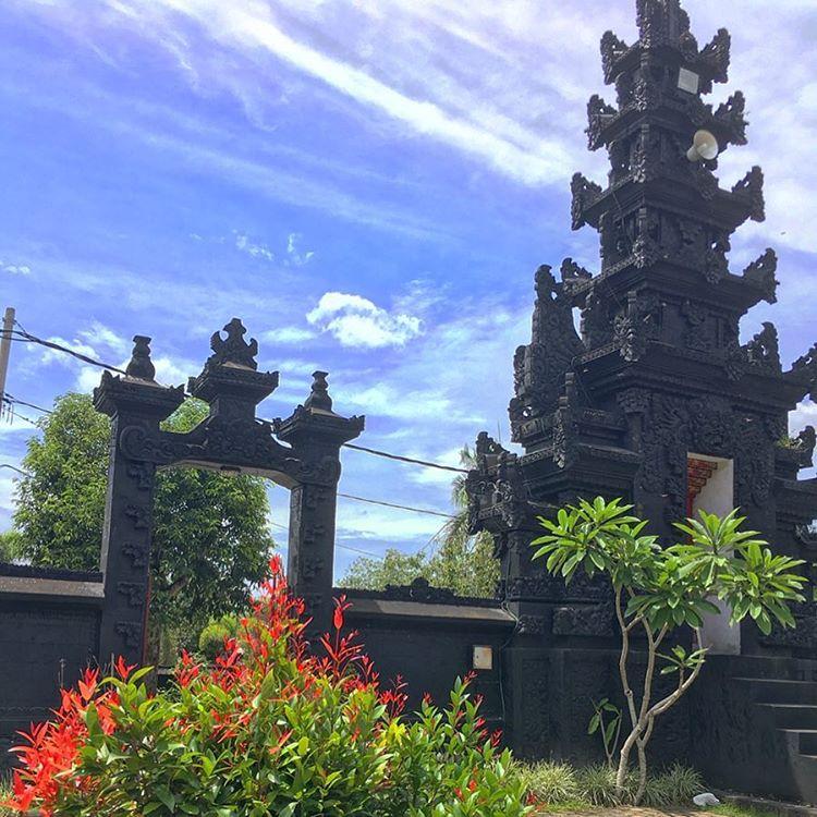 Foto bangunan luar Pura Suranadi Lombok, sumber ig @suhas_talgaonkar