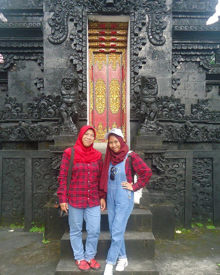 Pengunjung berfoto di pura Suranadi, sumber ig @agustindew