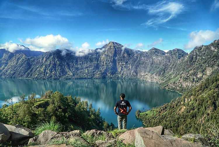 This image has an empty alt attribute; its file name is Gunung-Rinjani.jpg