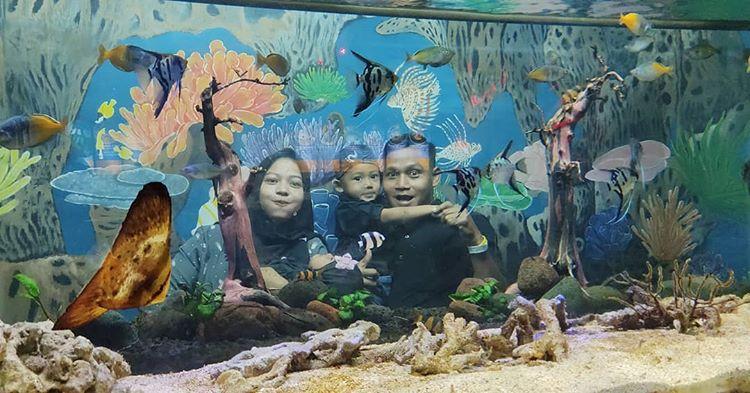 Foto keseruan keluarga di zona aquarium Batu Secret Zoo, ig muhammadabdurrahman