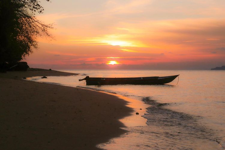 Foto keindahan sunset di pulau Hatta Maluku, ig meniksuyani