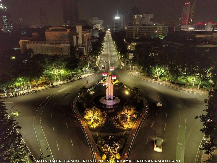 Foto malam hari monumen Bambu Runcing di Surabaya, ig riesaramandanii