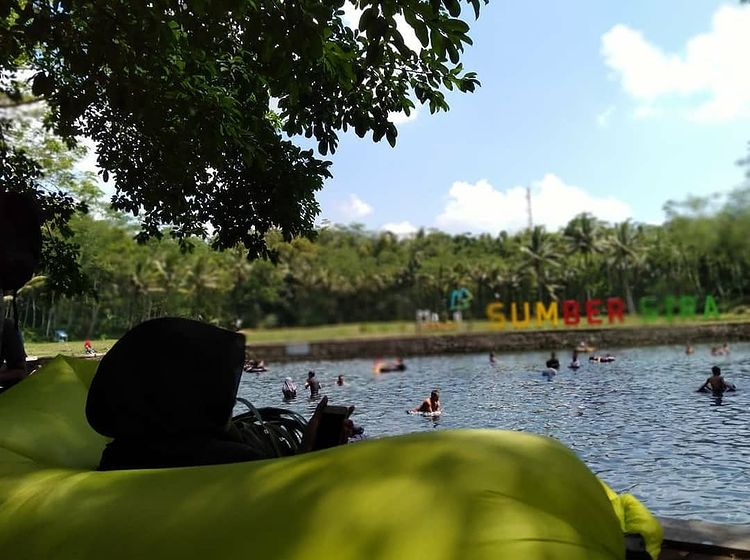 Orang berenang di Sumber Sirah Malang, ig @binty.hz