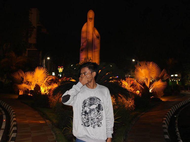 Orang berswafoto di depan Monumen Tugu Bambu Runcing, ig alim_bastian30